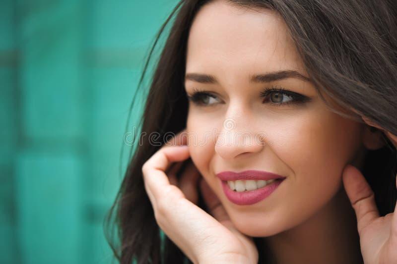 Retrato cercano para arriba de mujer hermosa joven, en la naturaleza verde del verano del fondo imagenes de archivo