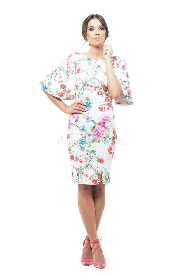 Retrato chave alto da mulher bonita nova no vestido de noite com levantamento floral do teste padrão fotos de stock royalty free