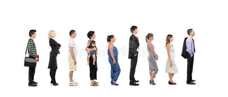 Retrato cheio do comprimento de estar dos homens e das mulheres fotografia de stock royalty free