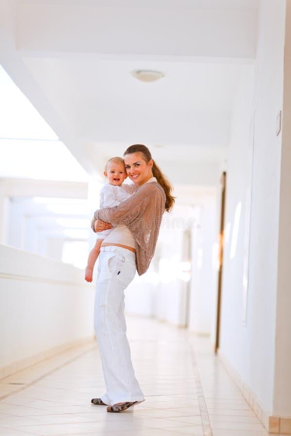 Retrato cheio do comprimento do bebê da matriz e do sorriso fotografia de stock