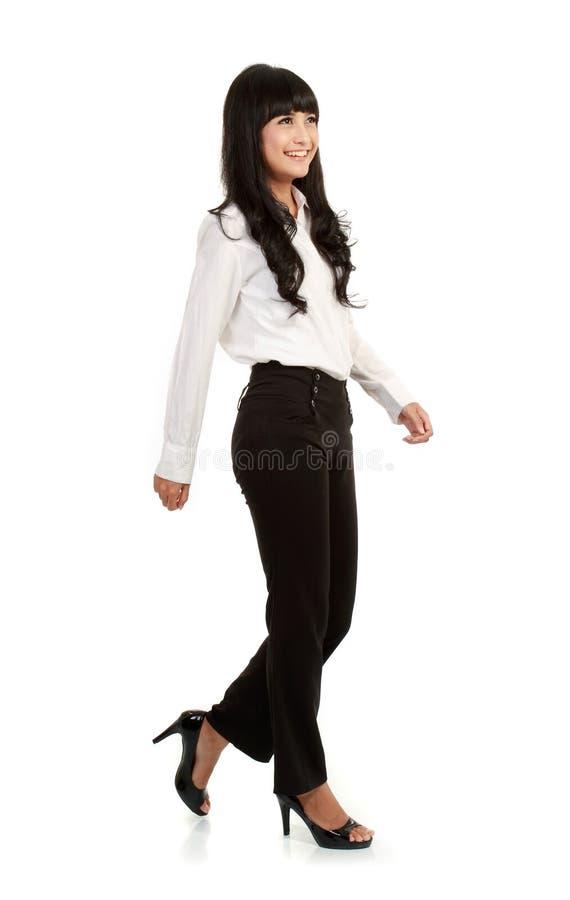 Retrato cheio do corpo da mulher de negócios de passeio imagem de stock royalty free