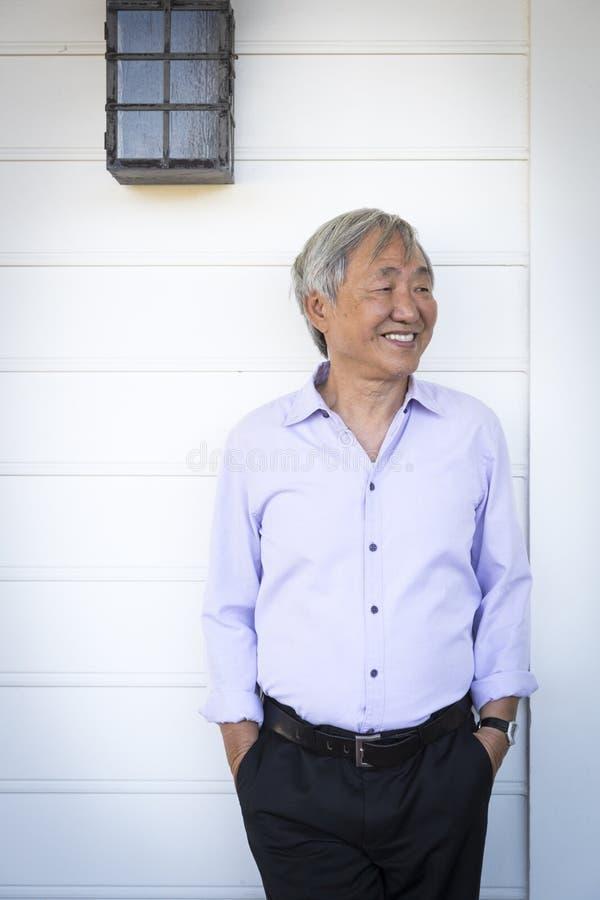 Retrato chinês mais velho atrativo do homem imagem de stock