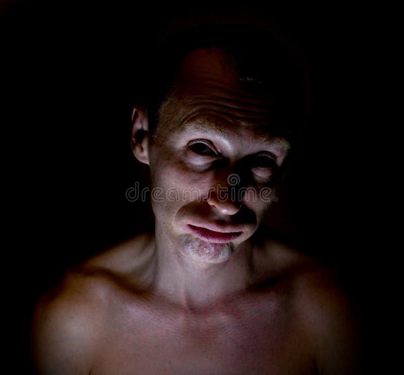 Retrato chistoso oscuro elegante del hombre caucásico adulto que parece cansado imágenes de archivo libres de regalías