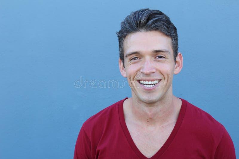 Retrato colhido close up, dentes saudáveis novos do homem, bordos e sorriso Sobre o fundo azul fotos de stock