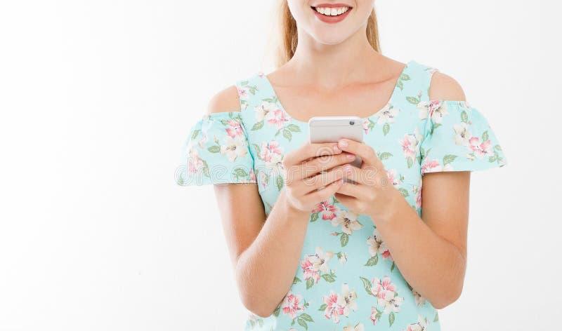Retrato colhido da jovem mulher de sorriso, menina no telefone celular da terra arrendada do vestido isolado no fundo branco, men fotografia de stock