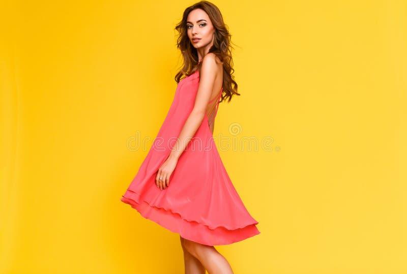 Retrato colorido contrastivo de la muchacha en vestido carmesí fotografía de archivo libre de regalías