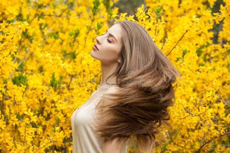 Retrato colorido da mulher bonita fora Menina alegre no fundo das flores fotos de stock