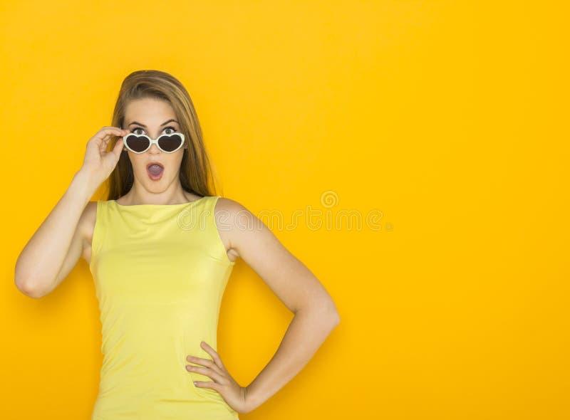 Retrato colorido de óculos de sol vestindo da mulher atrativa nova Conceito da beleza do verão imagens de stock royalty free