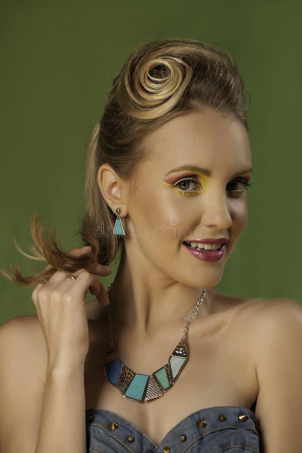 Retrato colorido de la muchacha rubia juguetona en maquillaje brillante fotos de archivo
