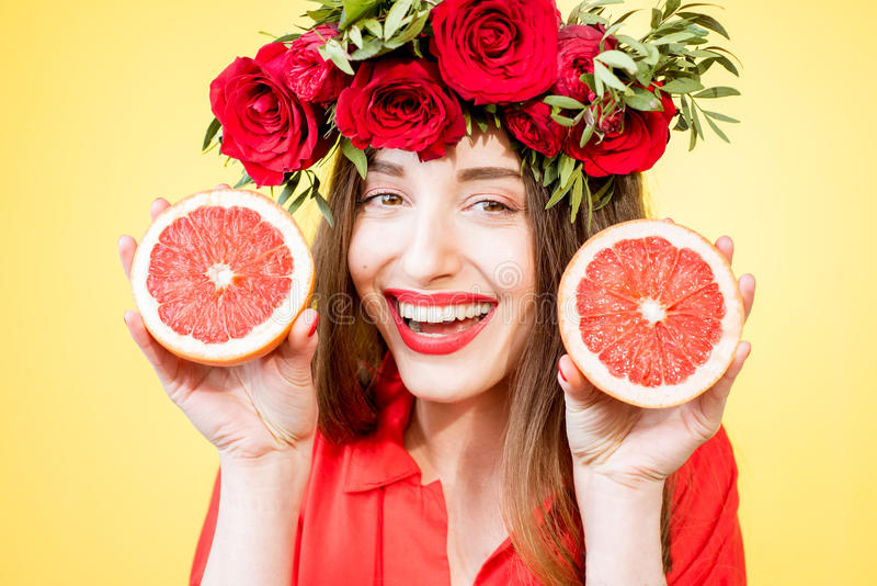 Retrato colorido de una mujer con la guirnalda y las frutas de la flor imagenes de archivo