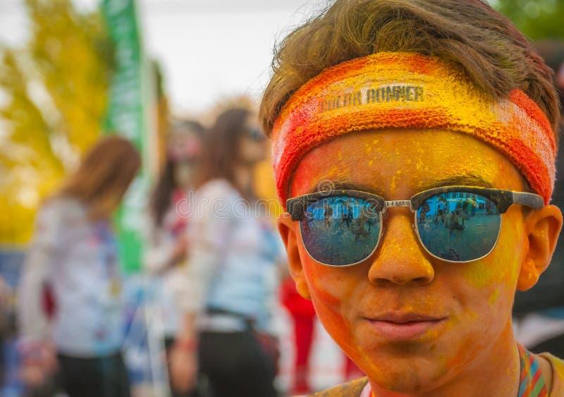 Retrato colorido del muchacho de la calle con las gafas de sol en el funcionamiento del color foto de archivo