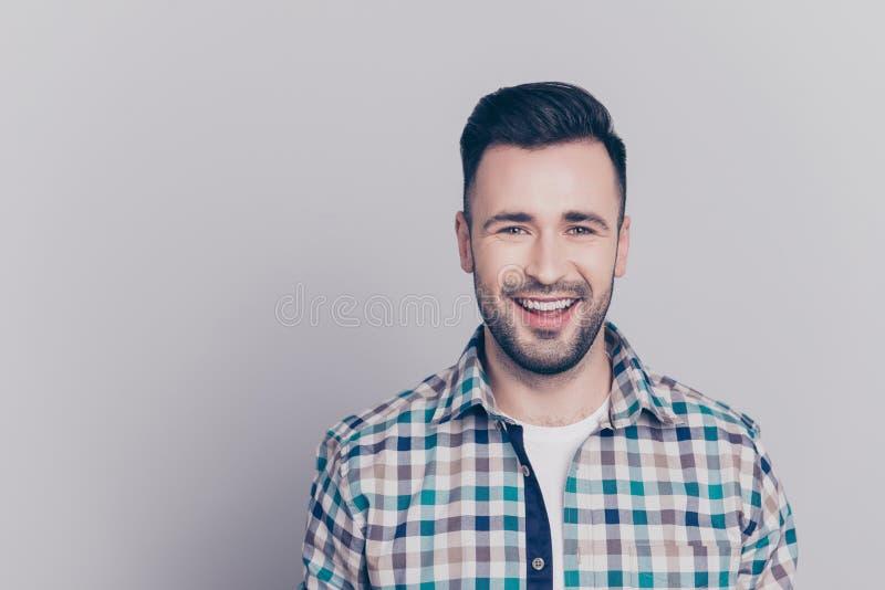 Retrato com espaço da cópia do olhar alegre, atrativo, feliz do homem fotos de stock royalty free