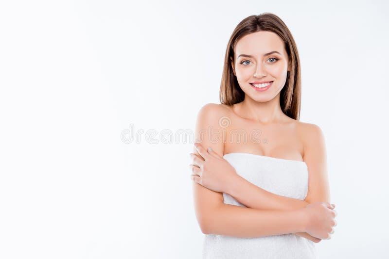 Retrato com espaço da cópia da menina moreno agradável na toalha após sh imagem de stock royalty free