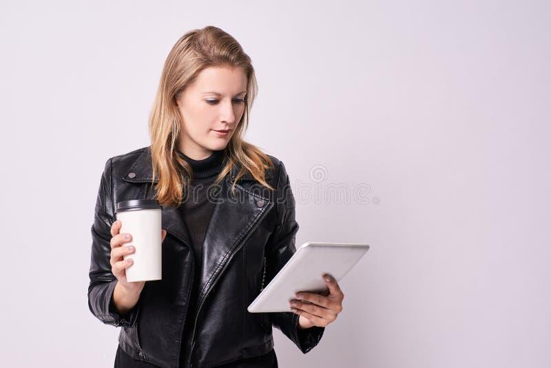 Retrato com a face surpreendida e receosa café de vidro Tabuleta moderna Fundo claro Busin imagens de stock