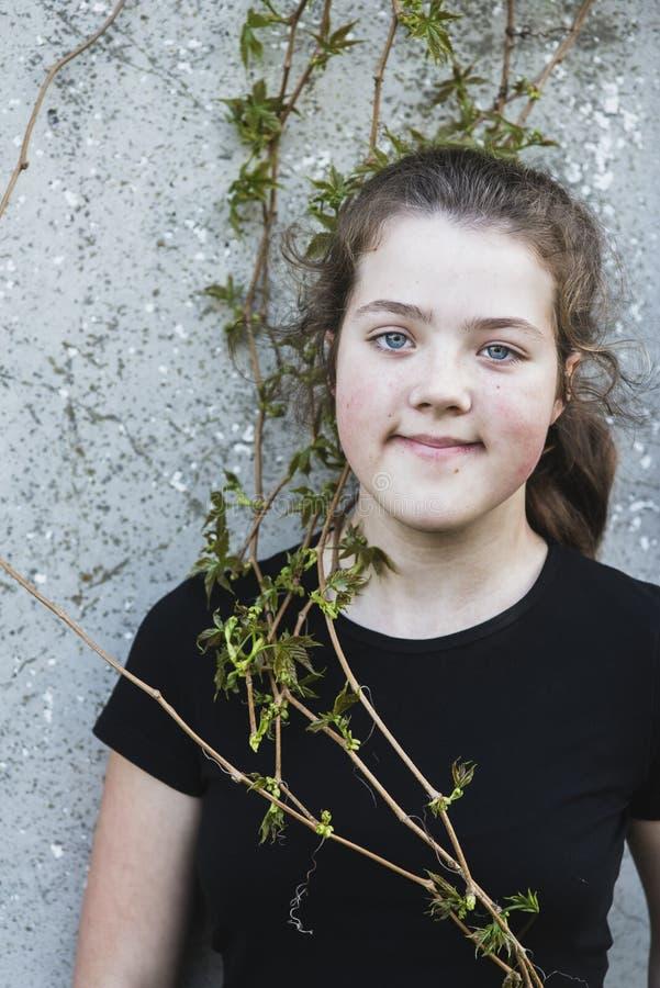 Retrato com plantas da mola fotografia de stock royalty free