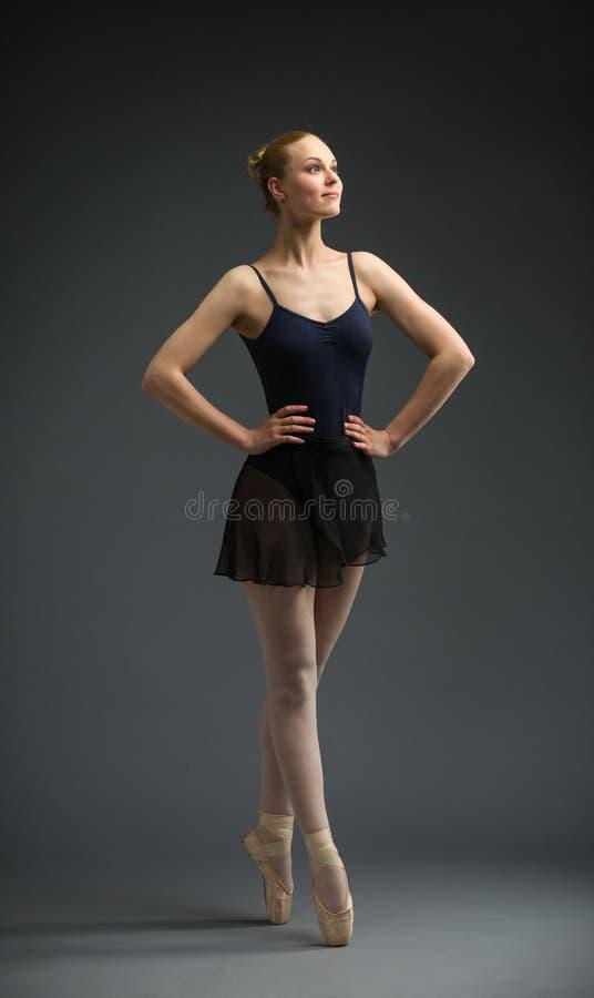 Retrato completo da bailarina da dança com mãos nos quadris imagens de stock
