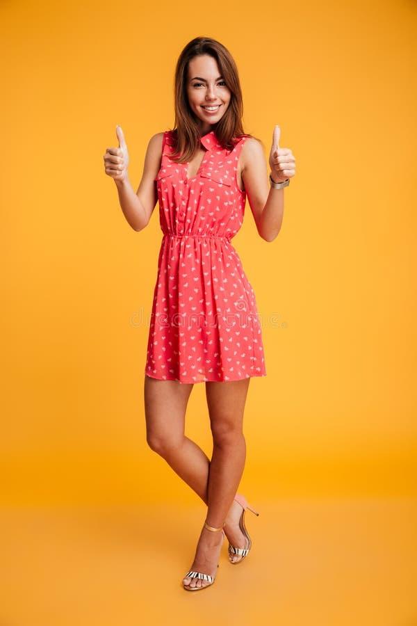 Retrato completo da mulher feliz nova que está com cruzado foto de stock