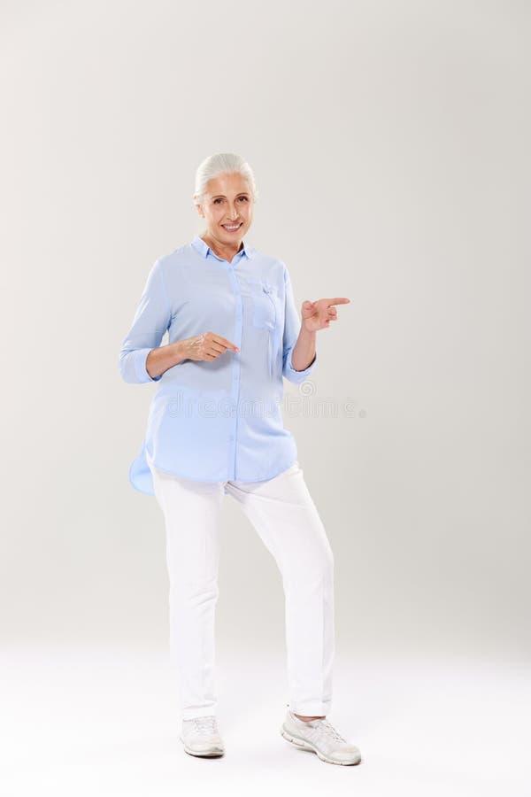 Retrato completo da mulher grisalho superior feliz, suplente imagens de stock