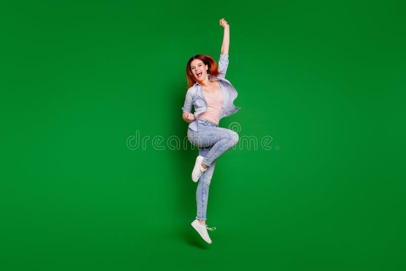 Retrato completo da opinião de tamanho de corpo do comprimento dela ela menina extático animador alegre fina do ajuste magro boni fotografia de stock