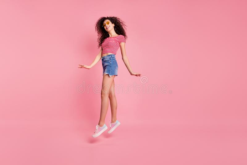 Retrato completo da opinião de tamanho de corpo do comprimento da senhora ondulado-de cabelo animador alegre da forma perfeita ad fotos de stock
