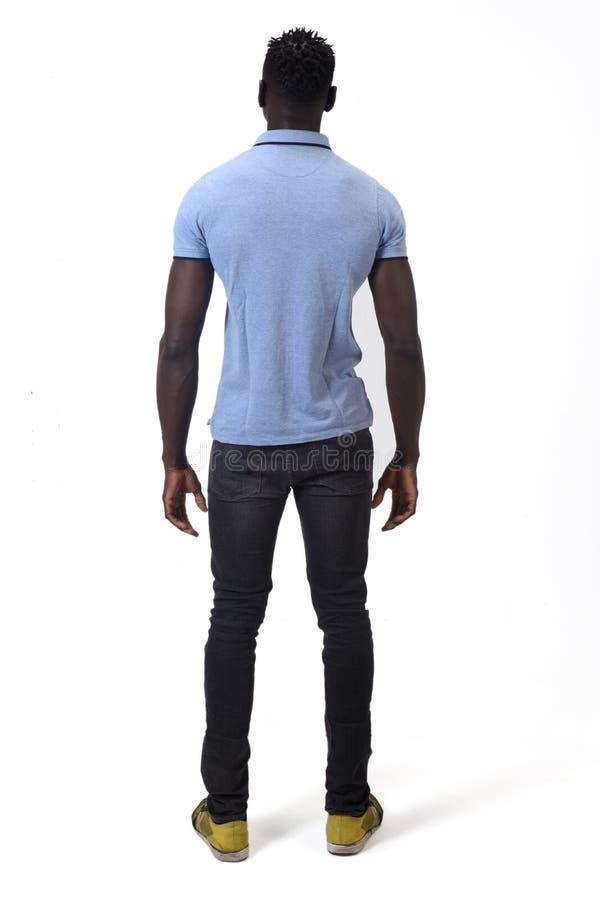 Retrato completo da vista traseira de um homem africano no fundo branco foto de stock royalty free