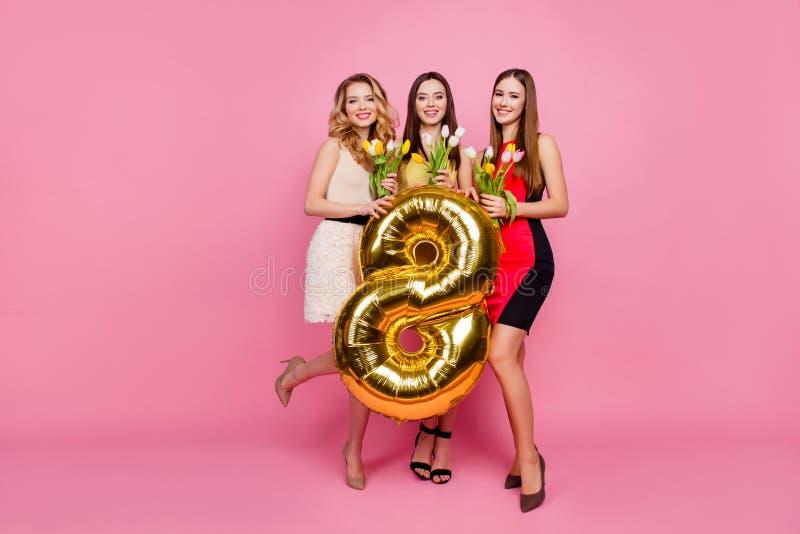 Retrato completo de três na moda, sagacidade bonita, encantador do comprimento das meninas fotos de stock
