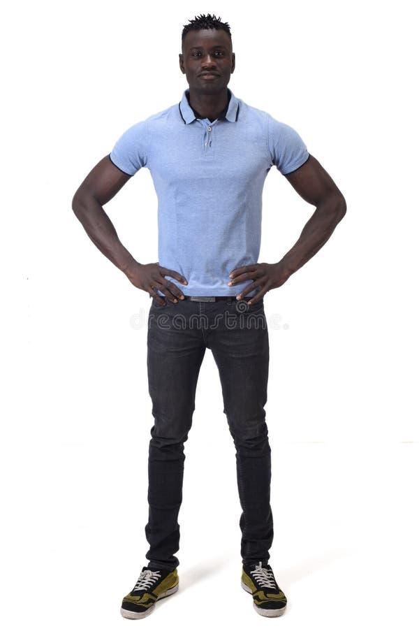 Retrato completo de um homem africano com mãos na cintura imagens de stock royalty free