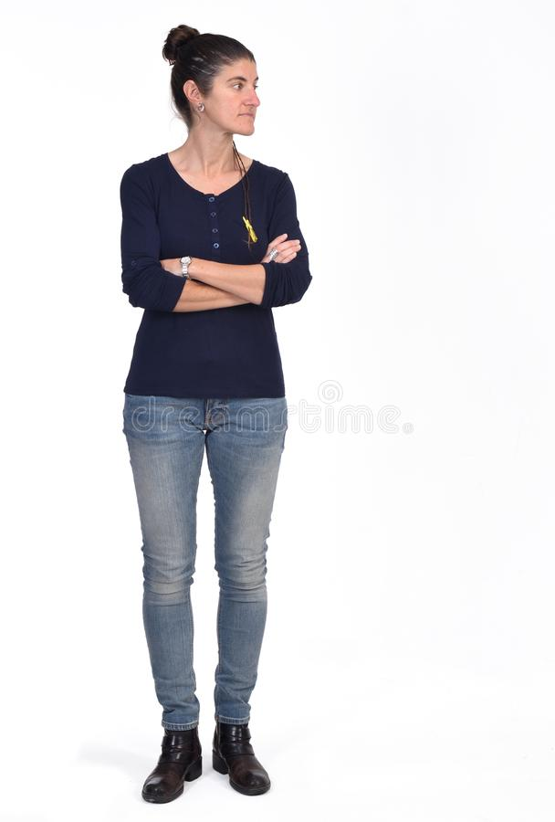 Retrato completo de uma mulher com os braços cruzados e que olham ao lado no fundo branco imagens de stock