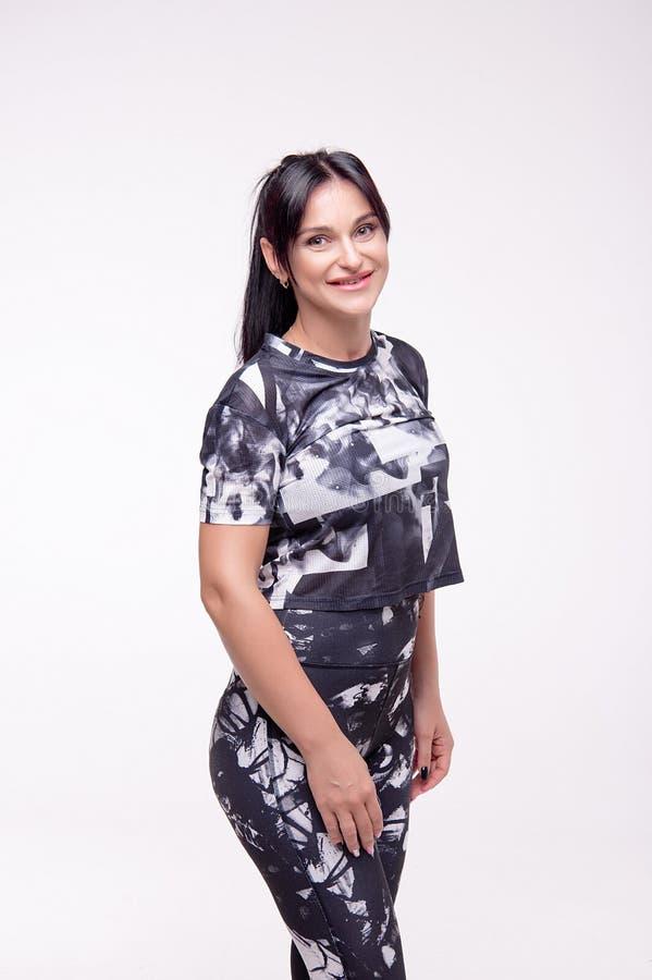 Retrato completo de uma mulher da aptidão do novo-adulto no estilo do esporte imagens de stock royalty free
