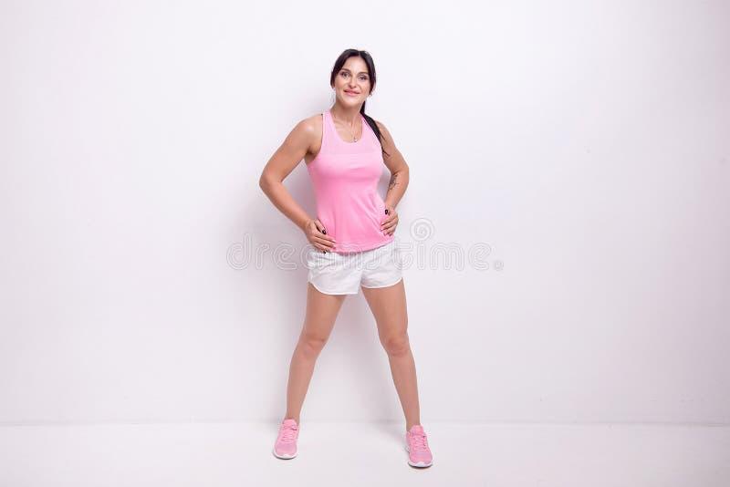 Retrato completo de uma mulher da aptidão do novo-adulto no estilo do esporte fotos de stock royalty free