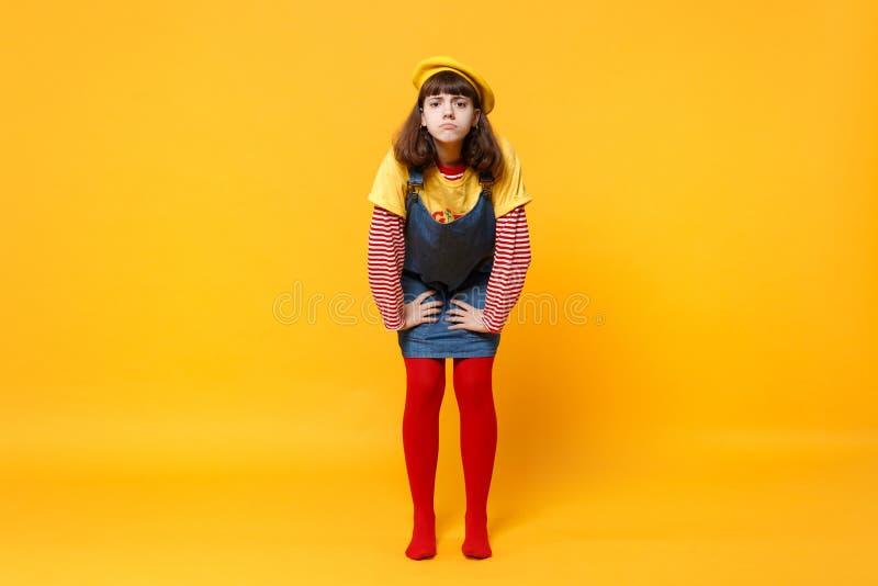 Retrato completo do comprimento do adolescente descontentado da menina na posição francesa dos sundress da sarja de Nimes da boin fotos de stock royalty free