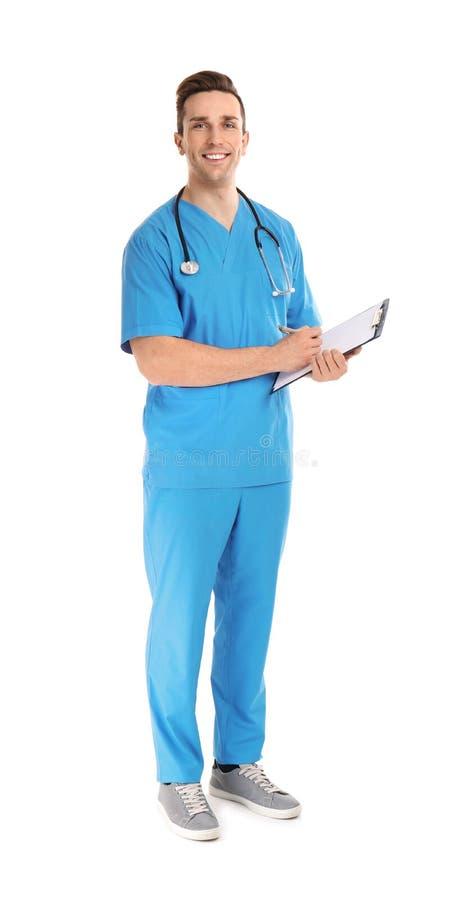 Retrato completo do comprimento do assistente médico com estetoscópio e prancheta no branco fotografia de stock