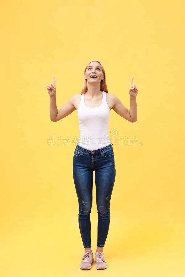 Retrato completo do comprimento da jovem mulher bem sucedida que comemora sua vitória Isolado no fundo amarelo foto de stock royalty free