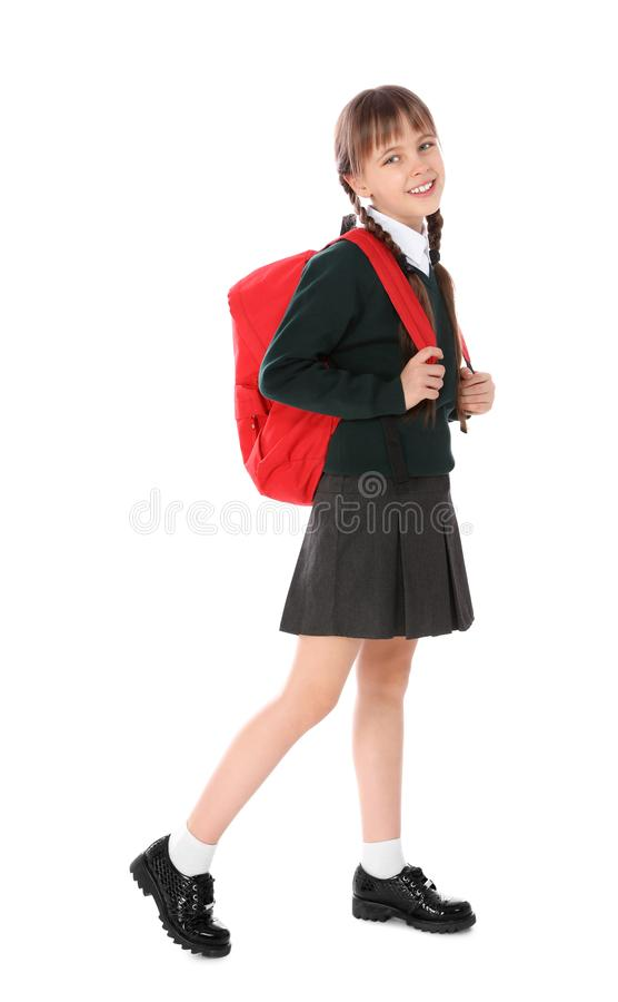 Retrato completo do comprimento da menina bonito na farda da escola com trouxa foto de stock