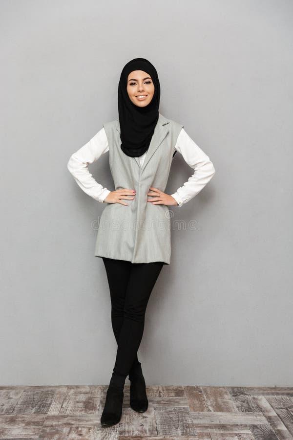Retrato completo do comprimento da mulher árabe lindo em escumalhas tradicionais fotos de stock royalty free