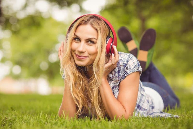 Retrato completo do comprimento da mulher alegre que escuta a música fotos de stock