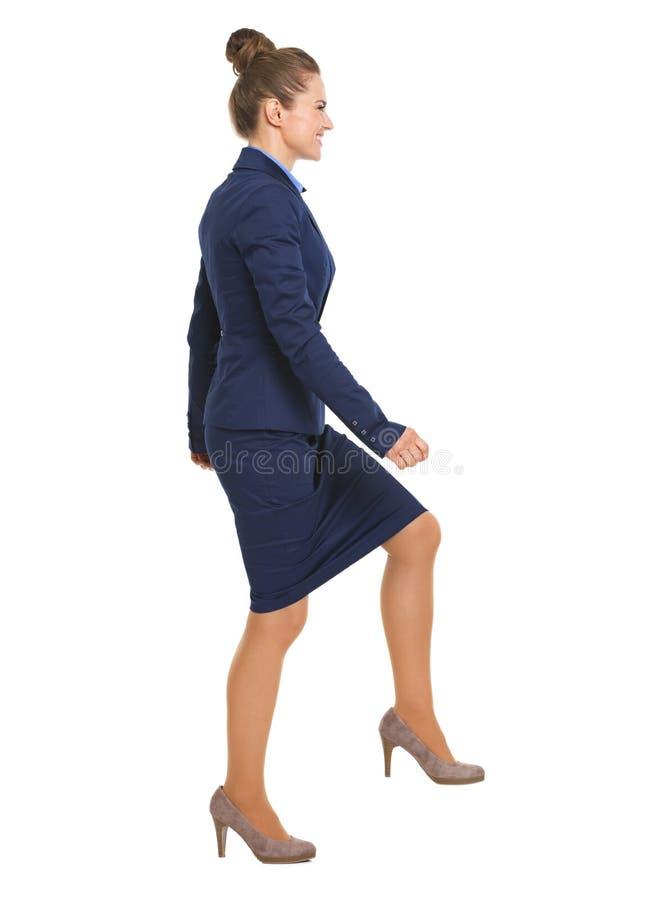 Retrato completo do comprimento da mulher de negócio feliz que escala as escadas foto de stock royalty free