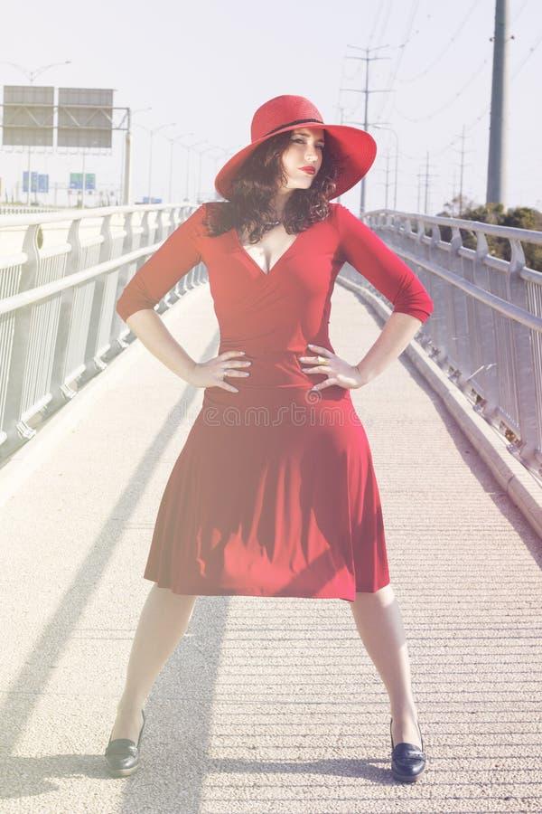 Download Retrato Completo Do Comprimento Da Mulher Da Forma No Vestido Vermelho Foto de Stock - Imagem de forma, adulto: 107529330