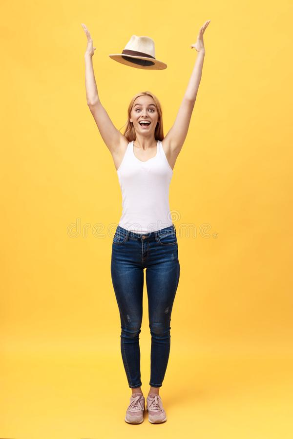 Retrato completo do comprimento da roupa vestindo de um verão da jovem mulher alegre ao levantar e ao olhar a câmera isolada sobr fotos de stock