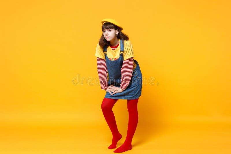 Retrato completo do comprimento de adolescente confuso da menina na posição francesa dos sundress da boina e da sarja de Nimes is imagens de stock royalty free