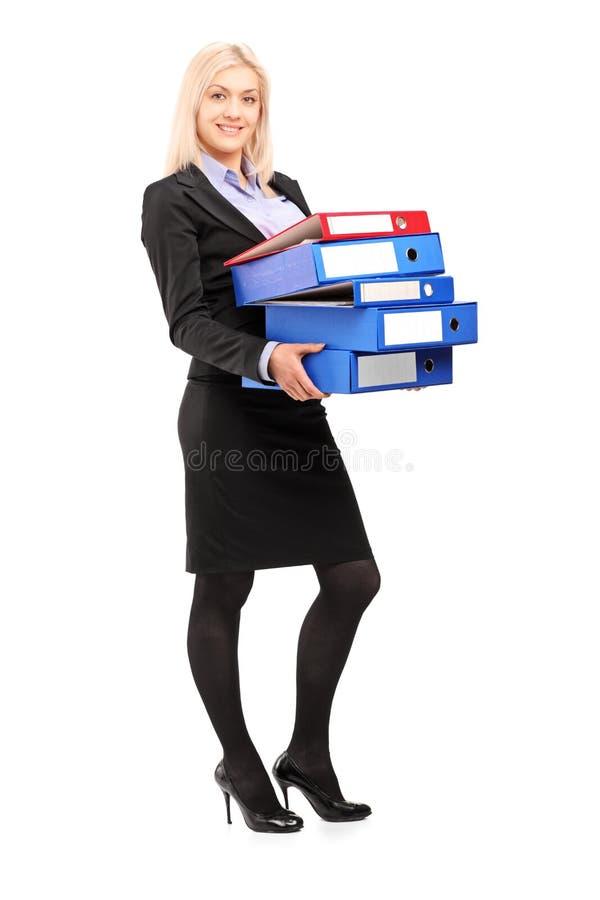Retrato completo do comprimento de dobradores levando de uma mulher de negócios nova fotos de stock royalty free