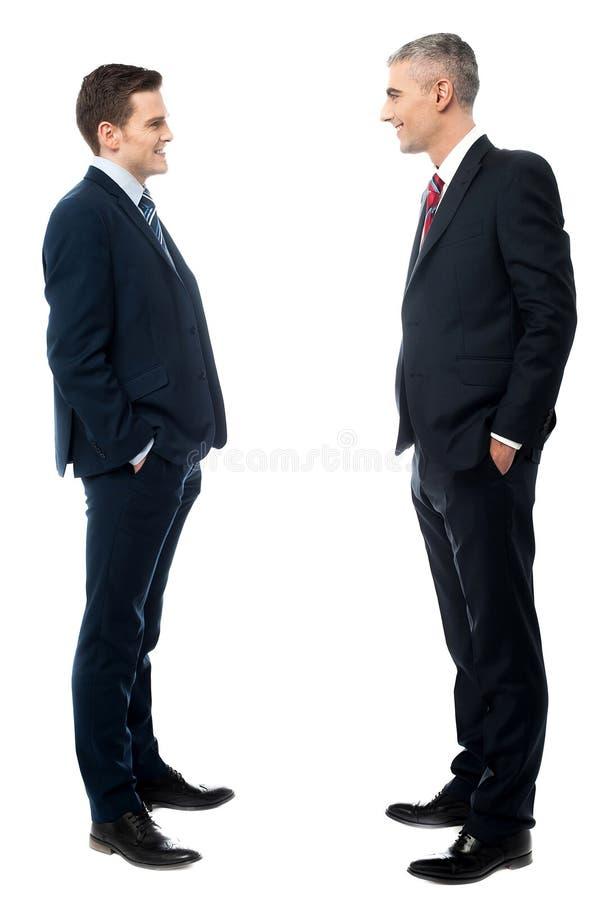 Retrato completo do comprimento de dois homens de negócios imagens de stock
