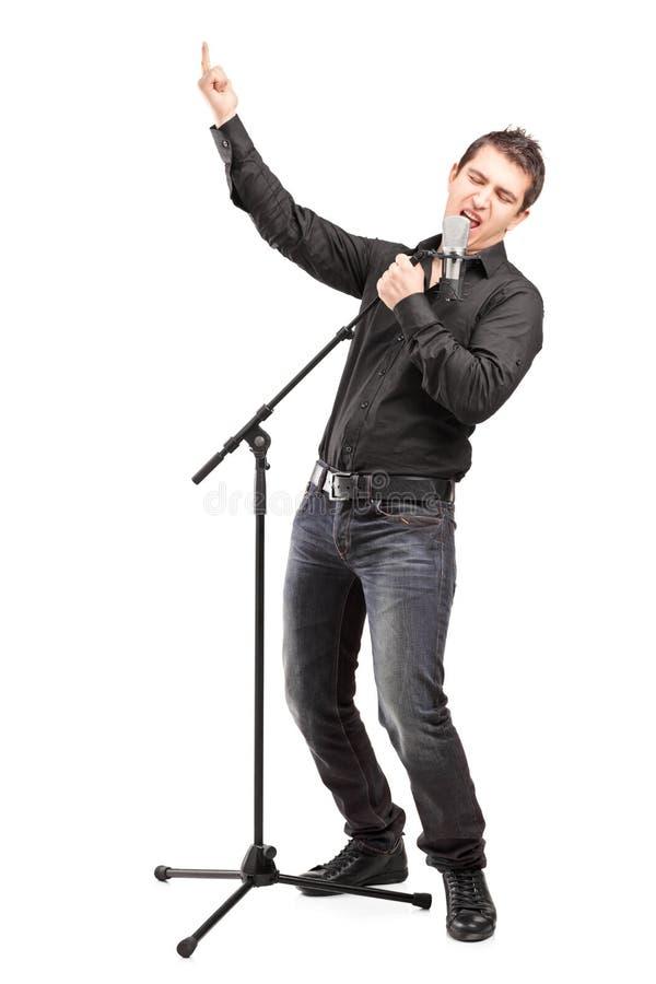 Retrato completo do comprimento de um cantor masculino que executa uma canção imagem de stock
