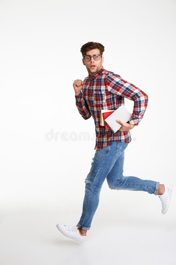 Retrato completo do comprimento de um estudante masculino novo confuso foto de stock royalty free