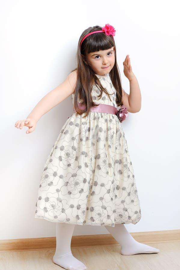 Retrato completo do comprimento de um jogo feliz da menina. imagem de stock royalty free