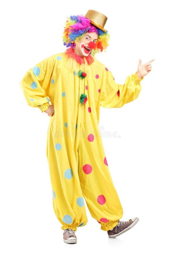 Retrato completo do comprimento de um palhaço alegre em um traje amarelo fotos de stock