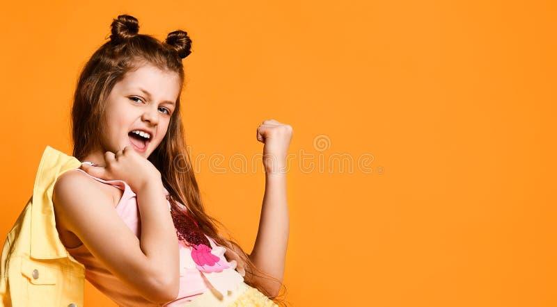 Retrato completo do comprimento de uma menina adolescente pequena bonito em uma saia ? moda e na roupa do revestimento fotos de stock