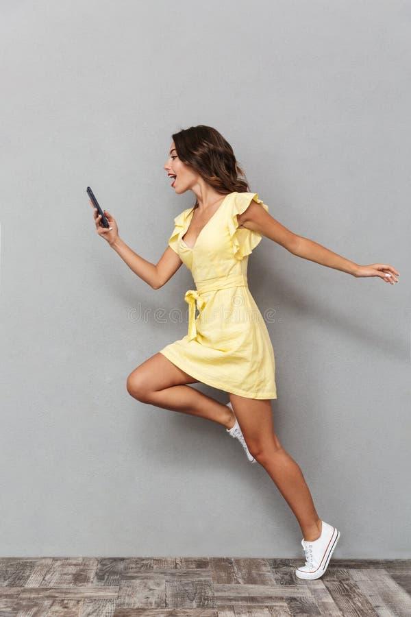 Retrato completo do comprimento de uma moça bonita no vestido imagens de stock royalty free