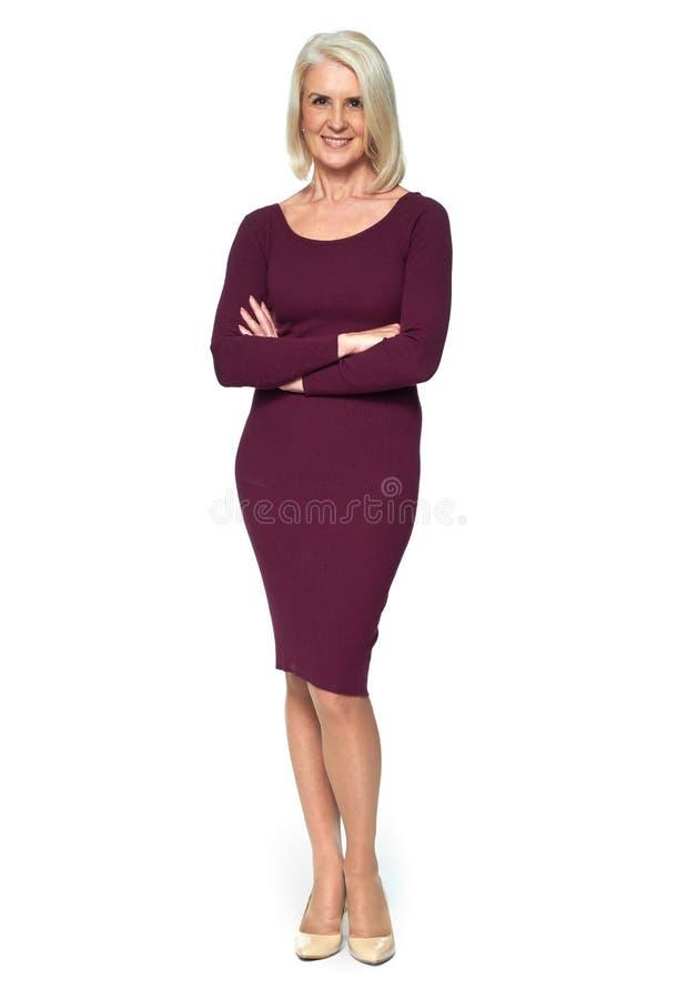 Retrato completo do comprimento de uma mulher adulta loura bonita foto de stock royalty free