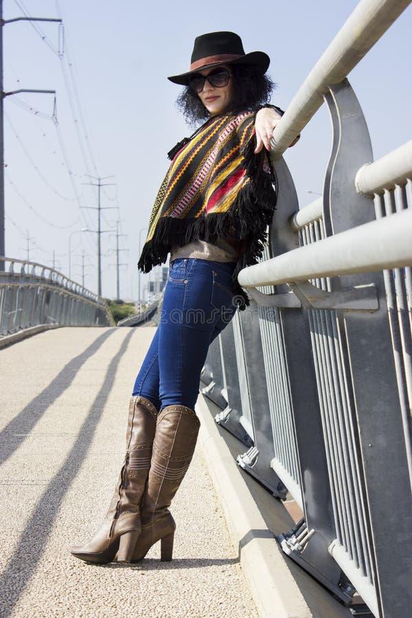 Retrato completo do comprimento de uma mulher da forma no estilo do vaqueiro foto de stock